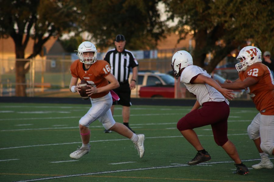 Quarterback Ian Cox '19 runs with the ball to find an open receiver.