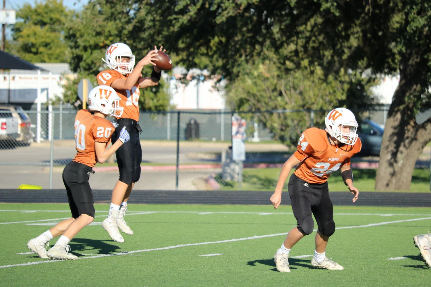 Travis+Neitzke+%2721+catches+the+ball+from+the+center+and+passes+it+off+to+Alex+%09Rusch+%2721.+