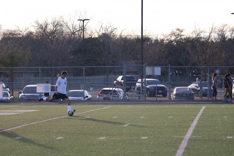 Noah+Lugani+%2721+kicks+a+goal+kick+to+midfield.