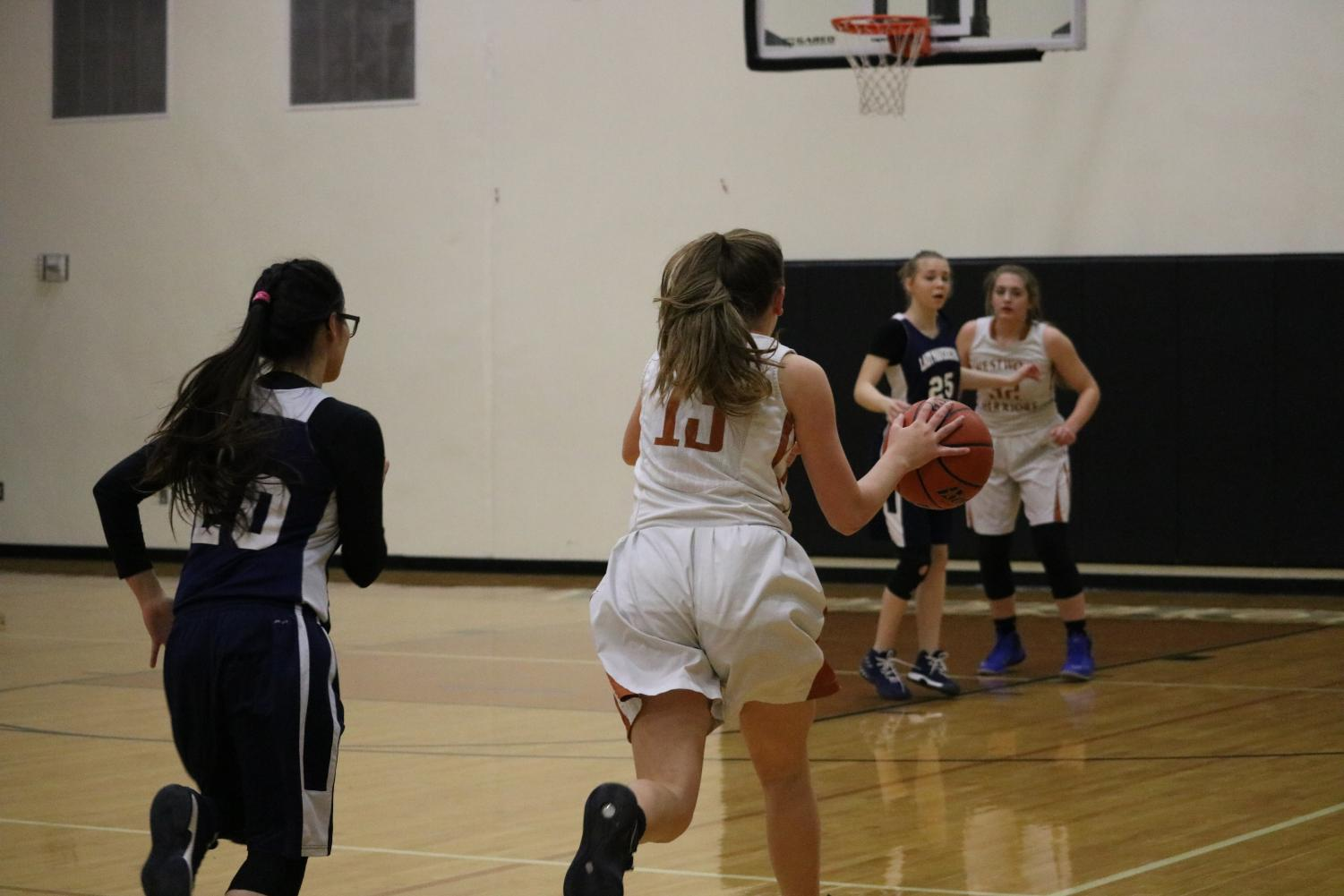 Peyton+Halley+%2721+runs+with+the+ball+to+score+a+basket.