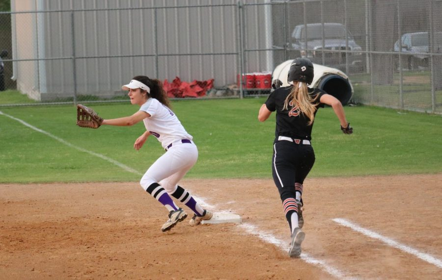 Alyssa Popelka '19 outbeats the first baseman and makes it safe.