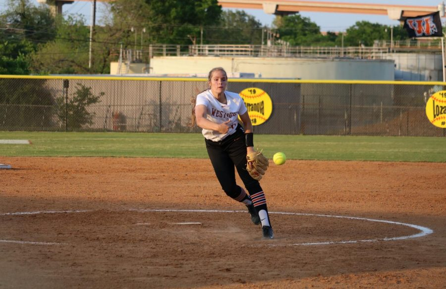 Haley Popelka '18 pitches the ball.