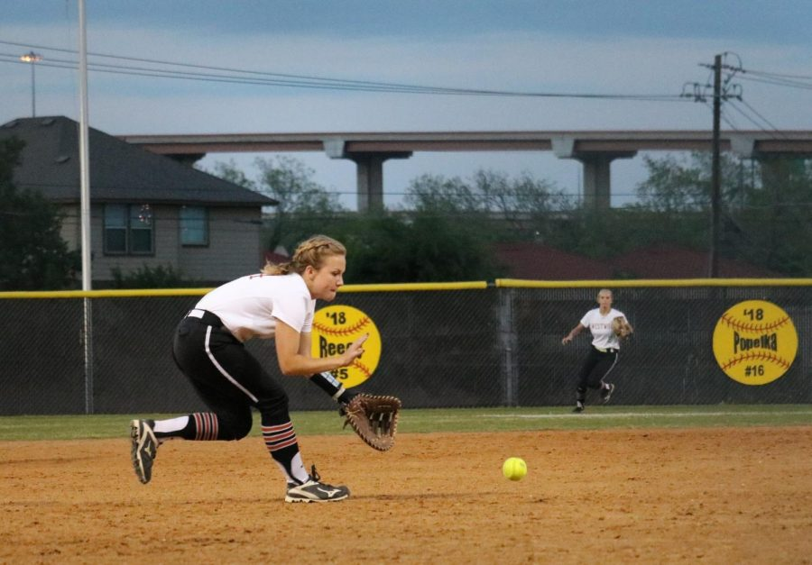 Lizzie Taylor '18 fields the ball at third base.
