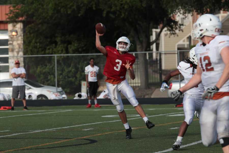RJ+Martinez+%2721+passes+the+ball+to+an+open+wide+receiver.