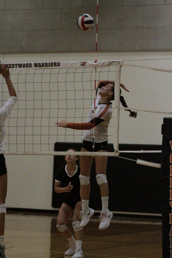 Ellie Duff 22 attacks the ball.