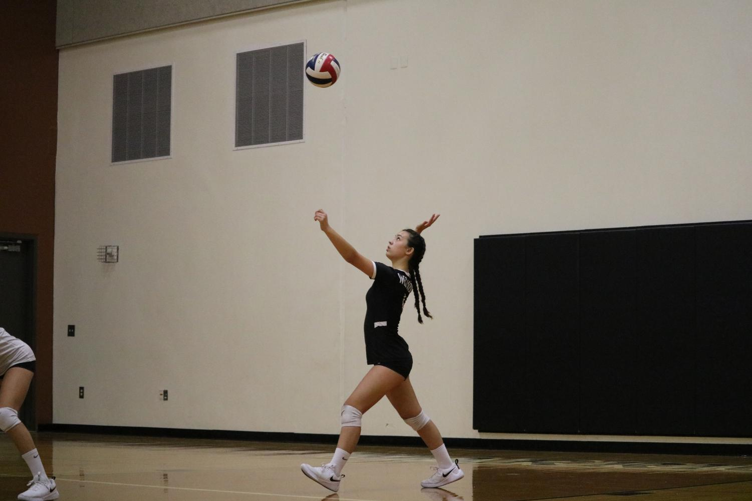 Izzy+Correll+%2722+gets+ready+to+serve+the+ball.+