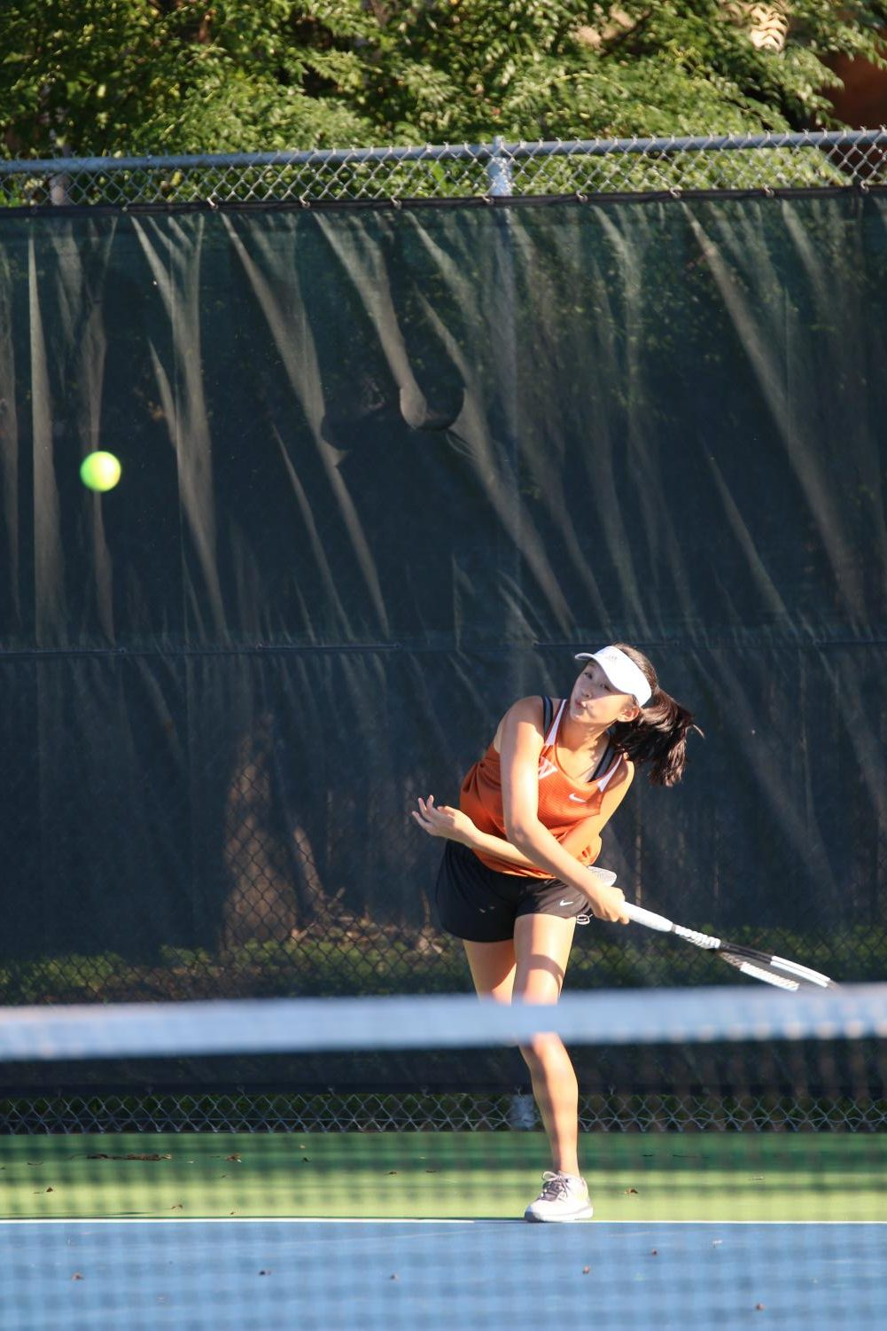 To+begin+her+singles+match%2C+Jessica+Lu+%2721+serves+the+ball+to+her+opponent.