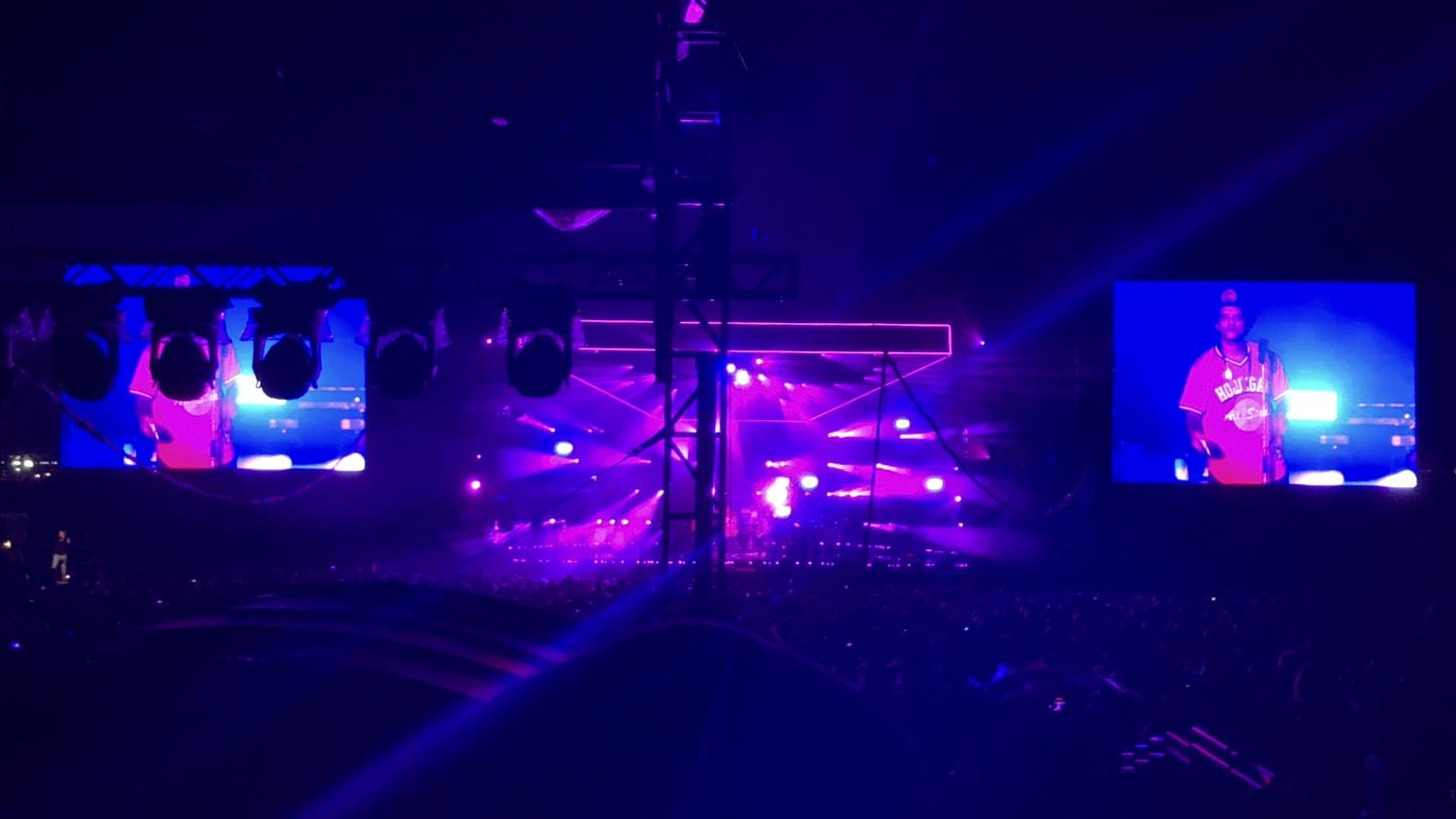 Bruno+Mars+performs+%E2%80%9CVersace+on+the+Floor%2C%E2%80%9D+which+pleases+the+crowd+and+makes+people+start+to+dance.