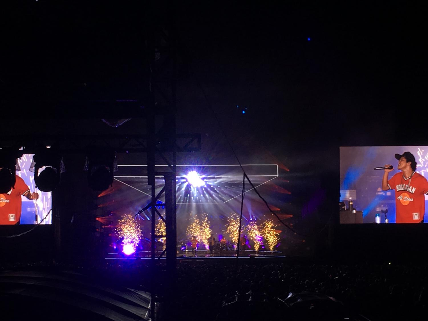 Small+fireworks+light+up+behind+Bruno+Mars+as+he+sings+%2224K+Magic%22+in+the+middle+of+the+stage.