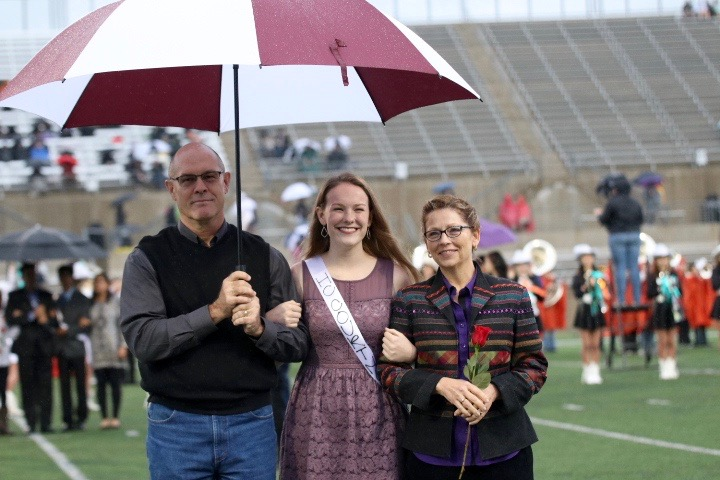 Homecoming+nominee+Erika+Houser+%2719+smiles+for+a+photo+along+with+her+parents.