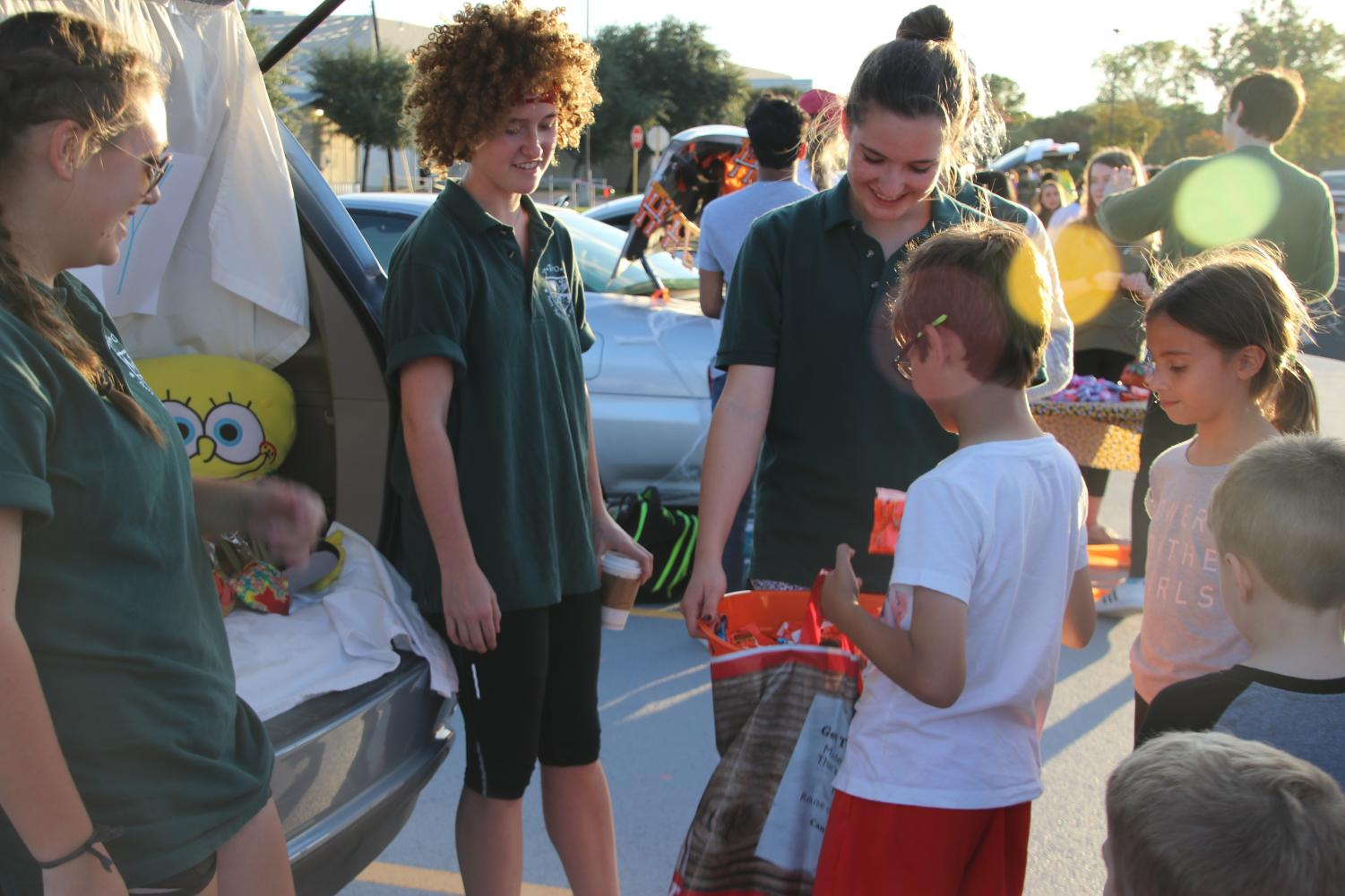 Students+Volunteer+at+Trunk-Or-Treat