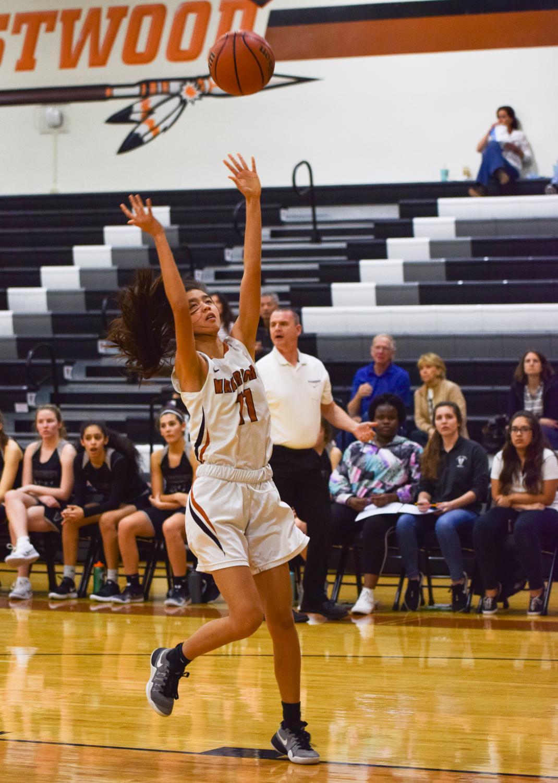 Megan+Luu+%E2%80%9821+shoots+the+ball.