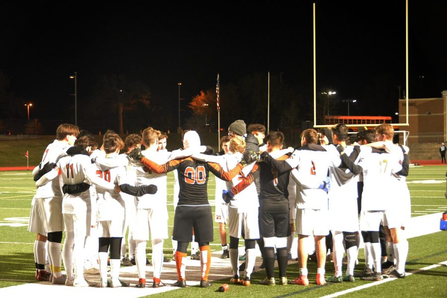 The Warriors huddle together before the start of the match.