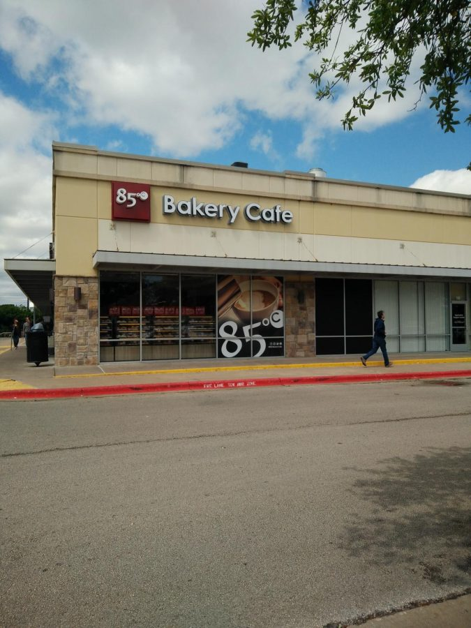 The outside of the shop features the 85°C Bakery Cafe sign.