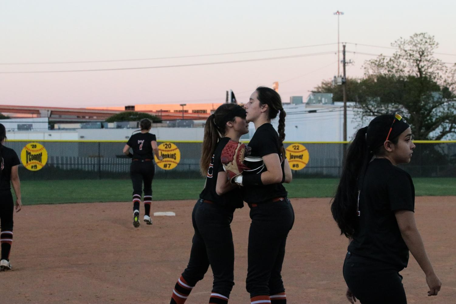Chelsea+Terranova+%2720+and+Elizabeth+Joyner+%2722+do+their+handshake+before+the+inning.+