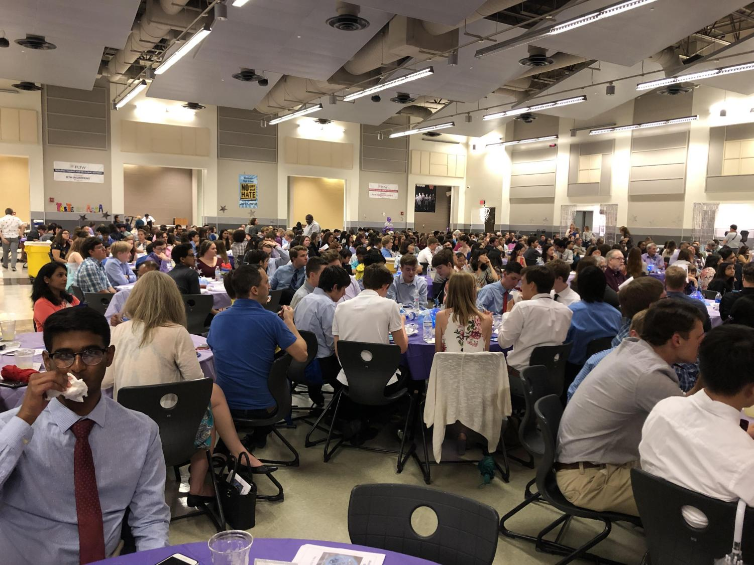 Hundreds+of+band+students+gather+for+the+banquet.