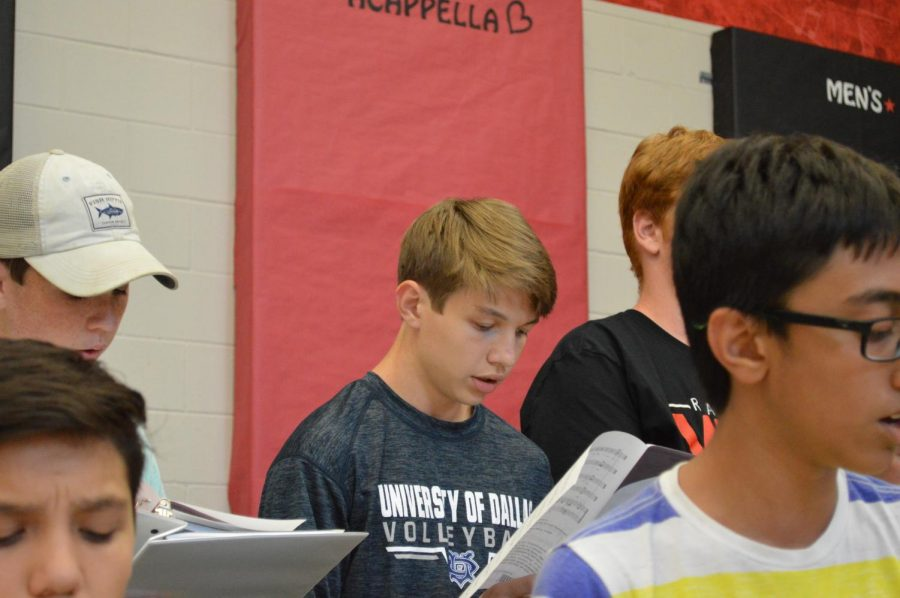 Niklas Stading '21 sings with the tenor and bass section in the combined rehearsal towards the end of the event.