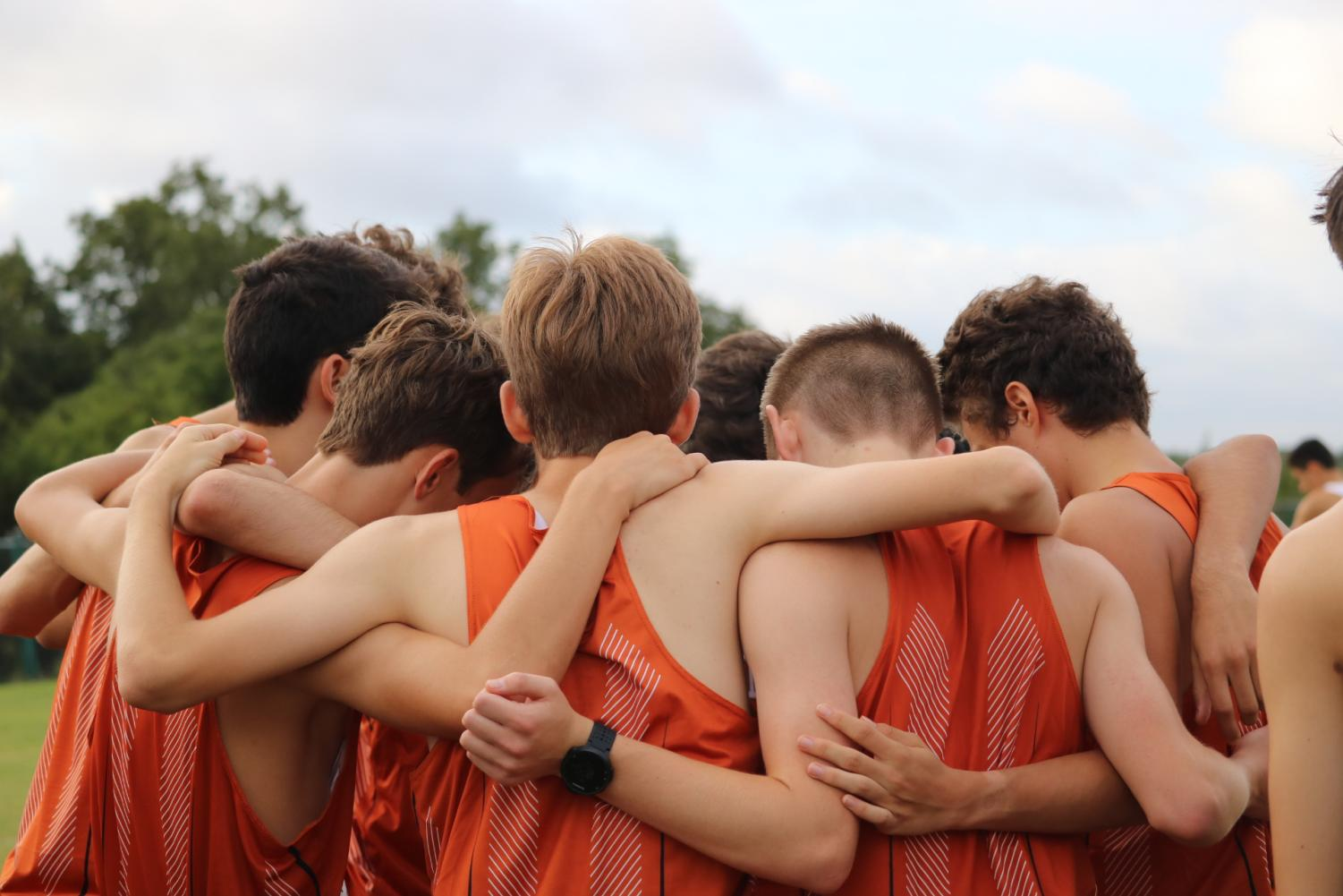 The+boys+huddle+before+the+start+of+their+race.