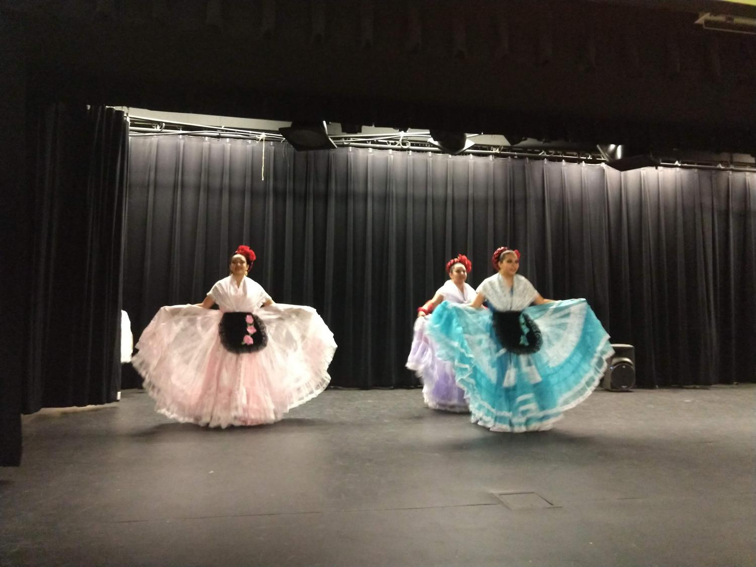 Alma+Mexicana+Ballet+Folklorico+Performs+During+Lunch