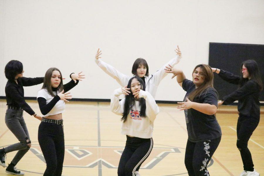 KPop club dances to 'Hip' by Mamamoo.
