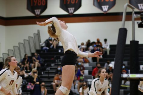 Varsity Volleyball Sweeps Round Rock on Last Week of Regular Season