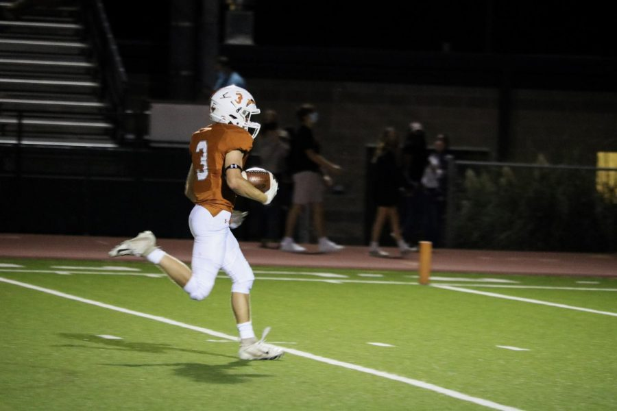 Receiver Zach Pryor '22 runs the ball downfield for a touchdown. The Lake Travis defense was far behind.